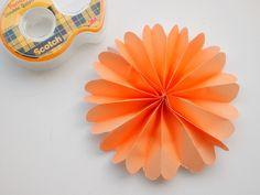 pequeocio-como-hacer-flores-origami-pompom-naranjado