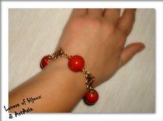 3029/69 Bracciale realizzato a mano, costituito da alluminio smaltato ottonato e perle in ceramica rosso corallo