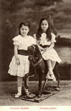 La princesse Elisabeth de Luxembourg (1901-1950), princesse von Thurn und Taxis et sa soeur Sophie (1902-1941), princesse de Saxe, filles du grand-duc Guillaume IV et de l'infante Marie-Anne du Portugal