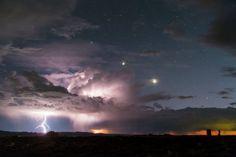 La Via Lattea sembra un arcobaleno. Magia sopra Yellowstone