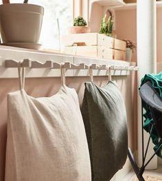 Niedrige Sitzgelegenheiten im Wohnzimmer können auch weiche Kissen sein. Bei IKEA findest du Exemplare in den verschiedensten Farben und Materialien. Wenn du sie mit Stoffschlaufen versiehst, kannst du sie obendrein z. B. an KUBBIS Leiste mit 7 Haken in Weiß aufhängen, wenn du sie nicht brauchst.