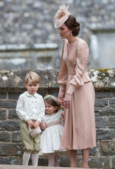 la duquesa de Cambridge Kate y sus hijos George (3° en linea de sucesión al trono británico) y Charlotte