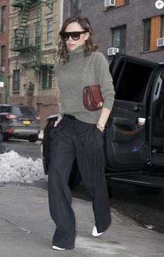 PHOTOS - Victoria Beckham in New York, all dressed in Victoria Beckham. February © Agence / Bestimage USA - Victoria Beckham in New York, all of Victoria Beckham dressed. Mode Victoria Beckham, Victoria Beckham Outfits, Cute Sporty Outfits, Casual Outfits, Fashion Outfits, Normcore Fashion, Grey Fashion, Fall Winter Outfits, Summer Outfits