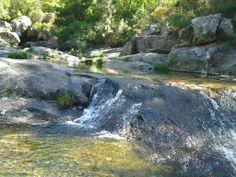 Piscina natural con rocas graníticas