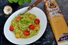 Spaghete cu sos de avocado şi roşii cherry Avocado, Food And Drink, Chicken, Ethnic Recipes, Salads, Lawyer, Cubs