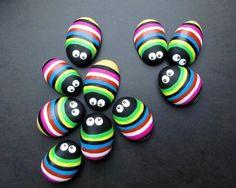 Des punaises multicolores à rayures, avec des yeux mobiles