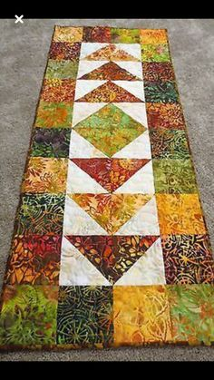 Table runner for fall - Nähtisch Patchwork Table Runner, Table Runner And Placemats, Quilted Table Runners, Fall Table Runner, Quilted Table Runner Patterns, Christmas Table Runners, Modern Table Runners, Table Topper Patterns, Table Runner Size