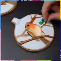 christmas cookies videos Weihnachtspltzchen Cookie decoration is so satisfying. Credit: Marlyn of Montreal Confections Cookie Decorating Icing, Cake Decorating Videos, Cookie Icing, Royal Icing Cookies, Bird Cookies, Gingerbread Cookies, Christmas Cookies, Christmas Bird, Sugar Cookies