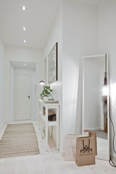 ▷ Ideas to decorate small hallways. Furniture for hallways. and deco - Decoration Hall, Decoration Entree, Hallway Inspiration, Interior Inspiration, Hallway Decorating, Entryway Decor, Small Hallways, Entry Hall, Style At Home
