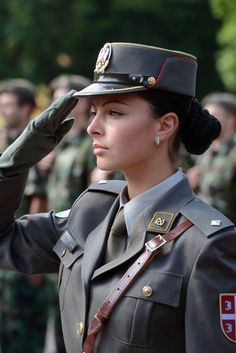 Servische militaire officier in uniform Military Officer, Military Girl, Female Cop, Female Soldier, 3d Foto, Military Dresses, Warrior Girl, Military Women, Girls Uniforms