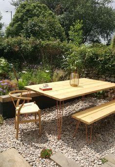 My beautiful copper hairpin garden table. - Alice in Scandiland Diy Garden Table, Diy Outdoor Table, Patio Table, Outdoor Dining, Outdoor Decor, Balcony Garden, Pallet Garden Furniture, Outdoor Furniture Sets, Retro Furniture