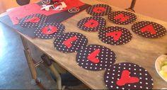 Preferimos fazer um painel simples e deixar a mesa como verdadeira protagonista. Fiz os moldes das letras no word mesmo, recortei e colei no papel carmen vermelho, depois recortei novamente e colei na cartolina divertida (poá) e usei a tampa de uma panela como molde para ficar redondinho. Usei uma folha de papel carmen e duas de cartolina divertida é menos de 2 reais cada folha! Então esse painel saiu muuuito barato!