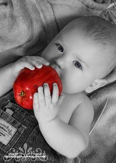 John Michaele Montgomery Miller Duke Sr. sais let me sees at. (core removed at top/baby applesauce inside.)