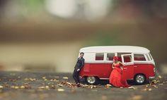 Fotógrafo transforma os noivos em miniaturas