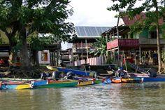 Sengkang, farbenfrohe Boote und Stelzenhaeuser entlang des Kanals