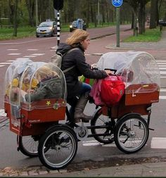 Our jaws dropped when we saw the photograph of this mum carrying three kids and a plethora of school gear on her bike. This four-wheeled cargo-bike is the SUV of the bike world. via Pays-Bas Cycle Chic Pimp Your Bike, Velo Cargo, Super Mum, Velo Vintage, Vintage Style, Bike Trailer, Three Kids, 3 Kids, Children