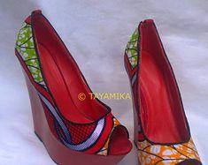 Tissu Ankara rouge chaussures imprimés africains couverts chaussures avec talons rouges Wedge et Peep Toes. La mode africaine coins bracelets assortis disponibles