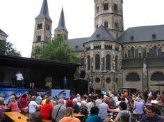 Links die Bühne, rechts die Kirche und drum rum ein paar Stände. Es gab gut zu essen, zu trinken + Infos und auch Parteipräsenz
