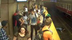 Video: Una mujer y su hijo, rescatados tras caer a las vías del metro
