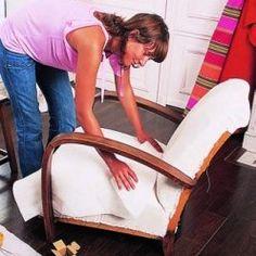 Poser une couche de ouate sur un fauteuil à retapisser