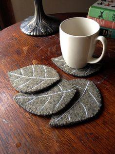 Diese 4 Blatt-Untersetzer sind doppelt, einseitig und aufgearbeiteten Wollfilz Pullover aus. Die Venen sind Nadel Filz mit weißem Wollgarn. Sie sind eine Salbei/staubigen grüne Farbe und die Rücken sind grün Schottenkaro. Eine kleine Decke Naht getan im passenden Thread geht es um den Umfang. Sie messen ca. 5 1/2 Zoll (14cm) lang von 4 Zoll (10cm) an der breitesten Stelle. Sie arbeiten gut mit heißen oder kalten Getränken