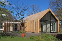 Herbouw schuur met atelier in Diepenveen met douglas houten latten als gevel en dak. Vloerverwarming, glazen pui en grasdak.