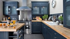Such a pretty kitchen. Go to: www. Such a pretty kitchen. Go to: www.fr/… Such a pretty kitchen. Go to: www. Country Style Kitchen, Kitchen Inspirations, Kitchen Style, Blue Kitchens, Kitchen Styling, Kitchen Interior, Home Kitchens, Black Kitchens, Blue Kitchen Cabinets