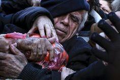 [Photos] Συγκλονίζουν φωτογραφίες του Reuters – Γονείς, παιδιά, γηρατειά ποδοπατιούνται για λίγα φρούτα! | magdasnews