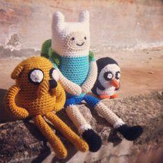 Amigurumi de Jake, Finn y Gunter enviado por @la_picota a nuestro Twitter (@horadeaventuras).  Vamos a buscar ya mismo hilo, agujas y patrones para ver si nos sale uno de estos muñequitos. :)