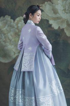 전통 문양인 봉황 은박 Korean Traditional Dress, Traditional Fashion, Traditional Dresses, Batik Dress, Kimono, Korea Dress, Modern Hanbok, Culture Clothing, Beautiful Long Dresses