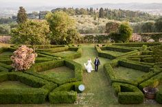 29 | Luisa e Luca | An outdoor #wedding in the wonderful garden of the Villa di Maiano #lesposedigio #bridaldress #madeinitaly |  Photographer: Gabriele Fani Wedding planner: Florencetown Location: Villa di Maiano |  www.lesposedigio.com