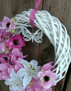 Easter And Spring Wreath Pink And White Wreath Crafts, Diy Wreath, Summer Crafts, Diy And Crafts, Easter Wreaths, Christmas Wreaths, Nylon Flowers, Art Floral, Deco Mesh Wreaths