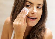 Tonifique sua pele com uma receita caseira: bata no liquidificador metade de um copo de soro fisiológico com cerca de 3 cm de pepino até ficar bem liquido. Umedeça dois algodões no tônico e aplique sobre o rosto. Não precisa enxaguar.