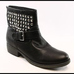 Size 7 Steve Madden booties. Good condition Extremely comfortable and can be paired with any outfit! Steve Madden Shoes Ankle Boots & Booties