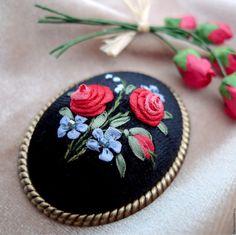 Купить Брошь с вышивкой Пусть розы будут в декабре - ярко-красный, розы на бархате