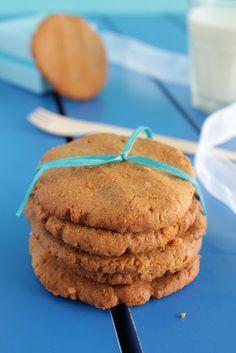 Ένα μπολ, ένας αυγοδάρτης και 5 υλικά... Πιθανολογώ ότι σε τούτο εδώ το blog δεν πρόκειται να ξαναϋπάρξει πιο εύκολη συνταγή για μπισκότα και όχι μόνο. Θυμ