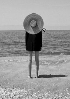 Black and White Beach Photography: Guide Take Better Photos – B & W Photography ltd Black And White Beach, Black And White Style, Black White Fashion, Photo Vintage, Black And White Aesthetic, Take Better Photos, Summer Aesthetic, Looks Style, Beach Pictures