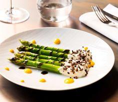 M<3 The Botanical Club | Milano | asparagi verdi, tuorlo marinato, sesamo nero, favi di cacao