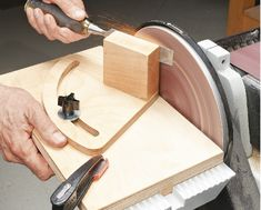 Ah! E se falando em madeira.: projeto: Woodsmith Tip - Disc Sander Sharpening Sy. Awesome Woodworking Ideas, Woodworking For Kids, Woodworking Joints, Woodworking Workbench, Woodworking Workshop, Woodworking Techniques, Easy Woodworking Projects, Woodworking Furniture, Woodworking Shop