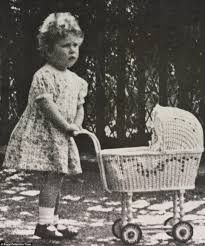 A Princess Elizabeth (the present Queen) with her wicker pram in the grounds of her home in Piccadilly, London, 1928 Elizabeth Of York, Queen Elizabeth Ii, Princesa Elizabeth, Divas, Margaret Rose, Duchess Of York, Duchess Kate, Isabel Ii, English Royalty