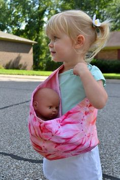 Handmade Martini: Tutorial and Free Pattern Sling/Pouch-Style Doll Carrier. I lo… Handmade Martini: Tutorial and Free Pattern Sling/Pouch-Style Doll Carrier. I love that this would be so easy for a young toddler to use Baby Doll Clothes, Doll Clothes Patterns, Doll Patterns, Babies Clothes, Crochet Patterns, Sewing Tutorials, Sewing Crafts, Sewing Projects, Sewing Ideas