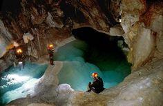 Στην ορεινή Αχαΐα, στους πρόποδες του Χελμού, βρίσκεται το ανυπέρβλητης ομορφιάς σπήλαιο των Λιμνών.