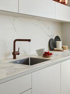 Kitchen Marble Top, Kitchen Tiles, Kitchen Countertops, Marble Countertops, Kitchen Sink, Marble Interior, Kitchen Interior, Kitchen Decor, Interior Design