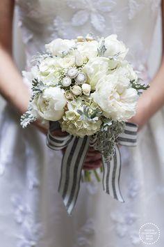 Bouquet de noiva romântico em tons de branco e cinza - peônias, tulipas e hortênsias ( Bouquet: Lucia Milan | Foto: Julia Ribeiro )