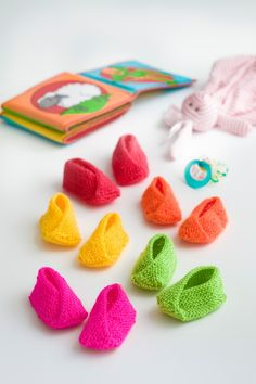 Free pattern in Swedish, Danish and Norwegian on our website. Diy Crafts Knitting, Knitting For Kids, Knitting Socks, Baby Barn, Baby Slippers, Cute Babies, Free Pattern, Projects To Try, Crochet Patterns