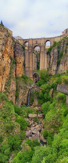 """Puente Nuevo, Ronda- Málaga.Situada a unos 750 metros sobre el nivel del mar, Ronda es una ciudad que vive al borde del precipicio. """"El Tajo"""", un profundo cañón de 100 metros, separa el casco antiguo de lo nuevo unido por tres puentes, cada uno construido en una época histórica diferente: romana, árabe y del s. XVIII. Los yacimientos más importantes son la Cueva de la Pileta (Benaoján) y los dólmenes de El Chopo y de La Giganta. También posterior paso por estas tierras de griegos y fenicios."""