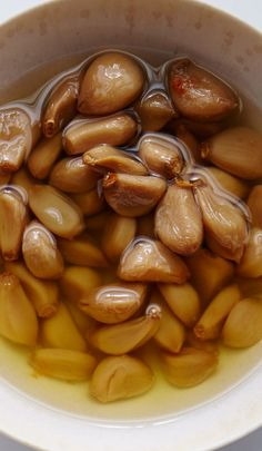 Garlic Confit--so easy and adds so much flavor! Use this garlic confit in your next aglio e olio pasta. Confit Recipes, Garlic Recipes, Baked Garlic, Roasted Garlic, Raw Garlic, Garlic Oil, Garlic Minced, Cooking Tips, Cooking Recipes