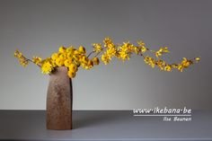 As ikebanist, we cannot mix colors as painters do, but we can combine colors. And colors is one of the three elements, color, mass and line; we use to make ikebana arrangements. This arrangement shows a Ton-sur-Ton arrangement using yellow.