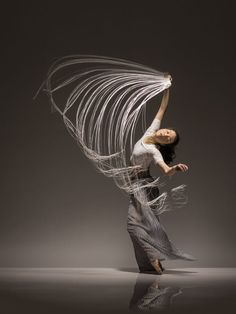 """A arte da dança é hipnótica. Ao mesmo tempo em que a fluidez dos corpos maravilha, faz desejar que cada momento pudesse ser registrado. É mais ou menos a isso que a fotógrafa Lois Greenfield se dedica: capturar os instantes mais belos da ação dos melhores dançarinos do mundo. Algumas das melhores imagens produzidas pela norte-americana nos últimos vinte anos foram reunidas no recente livro Moving Still (""""Movimento Imóvel"""", em tradução livre, que não tem versão em português, mas pode ser…"""