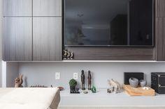Ambiente que integra sala de estar e jantar com ar descontraído e aconchegante. RABISCO ARQUITETURA  #sala #tapete #mapamundi #interiores #arquitetura #arte #art #room #funcional #gesso #sofa #tv #texture #modern #moderno #metal #iluminaçãoexterna #rabisco #madeira #wood #clean #granito #piso #contemporanea #adesivado #parede #wall #world #swan #saladejantar #jantar #escada #cadeira #quadro #decoração #decore #estante #interior #contemporaneo #tv #escultura